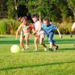 bambini che giocano in giardino 2